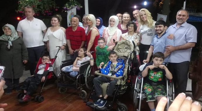 Wilma Elles ve Onur Akay'dan engelli çocuklara atla terapi!