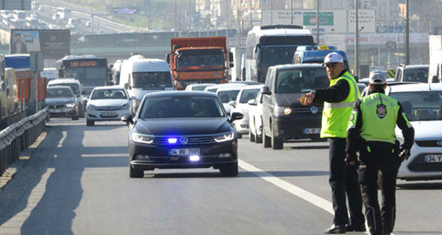 Çakarlı Aracı Durdurunca Açığa Alınan Polis Görevine İade Edildi
