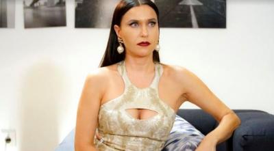Göğüs dekolteli elbisesiyle büyük dikkat çekecek