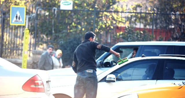 Zorla Araç Camını Silip, Para Vermeyen Polisi Darpettiler! Mahkeme, Nitelikli Yağmadan Hapis Verdi
